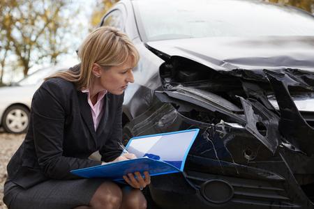 破損した車の女性の損失アジャスター執筆レポート