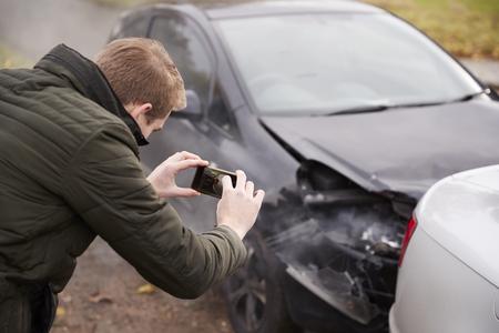 Homme prenant photo d'accident de voiture sur téléphone portable Banque d'images - 78080902