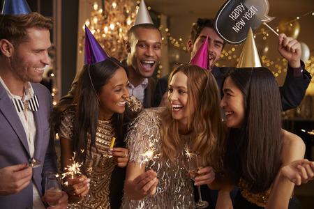 近くのパーティーで一緒に祝って友人のグループ 写真素材