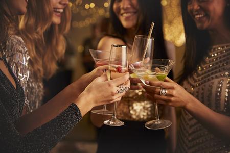 Vrouwelijke vrienden maken Toast als ze vieren op feestje