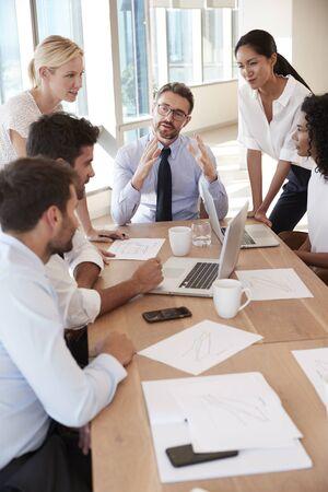 사무실에서 테이블 주위에 모임 사업의 그룹 스톡 콘텐츠