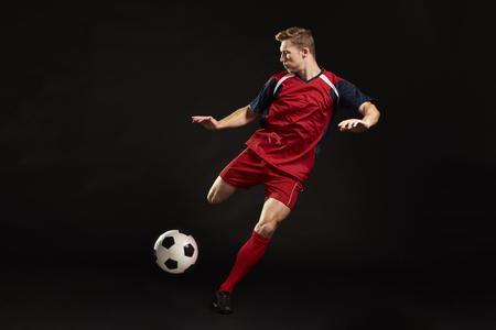 Berufsfußball-Spieler, der am Ziel im Studio schießt Standard-Bild - 79622633