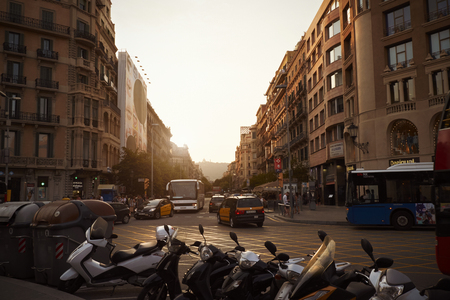 バルセロナ - 2016 年 7 月 29 日: トラフィックとカタルーニャ広場に駐車中のスクーター