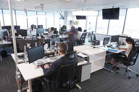 직원과 함께 바쁜 현대 열린 계획 사무실의 내부