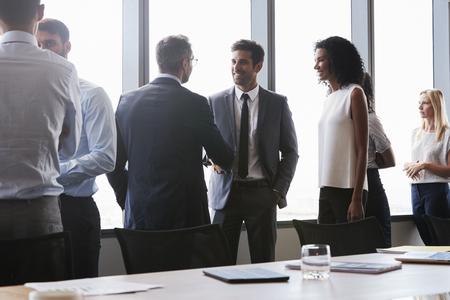 회의실에서 회의 전에 손을 흔드는 기업인 스톡 콘텐츠
