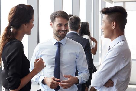 カジュアルなオフィスでのミーティングを持つビジネスマンのグループ