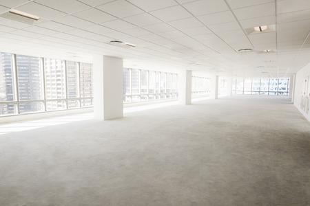 近代的な企業のオフィスの空のインテリア