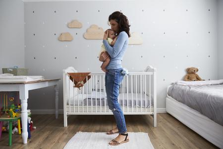 신생아 아기 보육원에서 편안하게 어머니