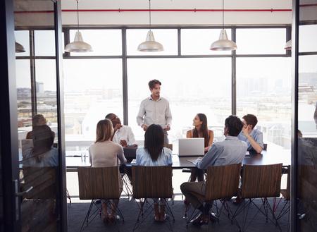 젊은이는 회의실에서 회의에서 팀 주소 지정을 의미합니다.
