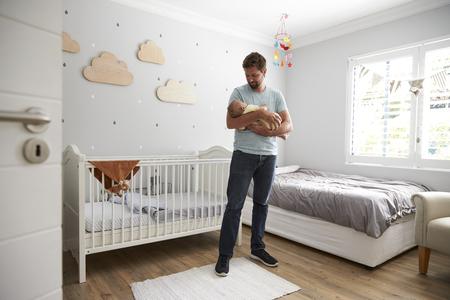 生まれたばかりの赤ちゃんの保育園で息子を慰める父
