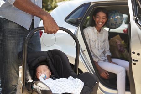 親の車で赤ちゃんを家に新生児をもたらす