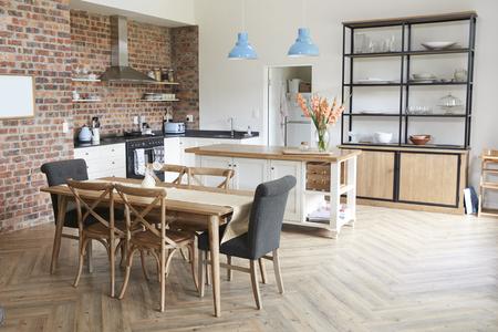 オープン プランのキッチンとダイニング エリアでスタイリッシュなインテリア 写真素材
