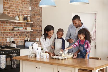 親と子供一緒にキッチンでケーキを焼く 写真素材
