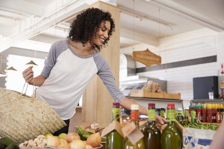 Vrouw die voor Organische Producten in Delicatessen winkelt