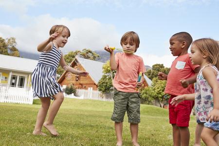 休憩中に泡と遊ぶモンテッソーリ学校の子どもたち
