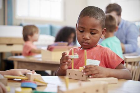 モンテッソーリ生徒机木製の形状で作業 写真素材