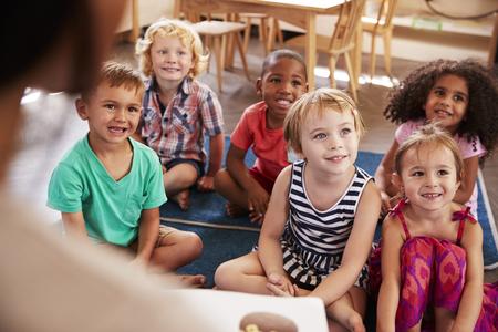 이야기 시간에 아이들에게 읽기 몬테소리 학교의 교사