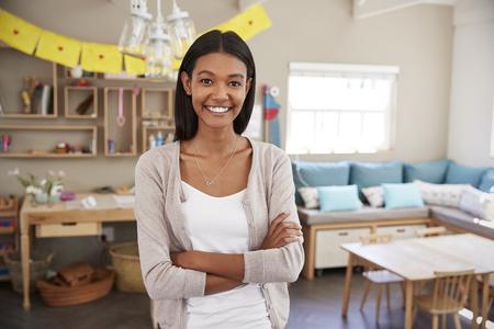 Portret van vrouwelijke leraar in klas op Montessori School Stockfoto