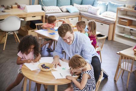 先生と生徒のモンテッソーリ学校で書く練習