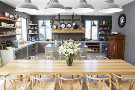 オープンプランのキッチンとダイニングエリア付きのホームインテリア
