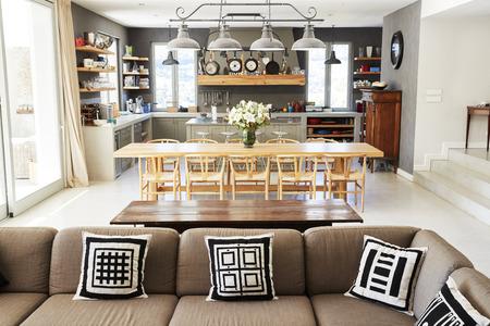 Intérieur de la maison avec cuisine ouverte, salon et salle à manger Banque d'images - 85280798