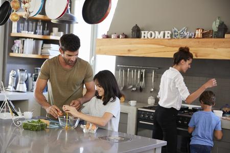 キッチンの家族は朝の朝食を一緒に作ります