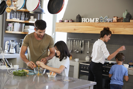 Family In Kitchen Making Morning Breakfast Together Imagens