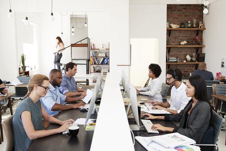 colleghi di lavoro che lavorano a un ufficio open space aperto