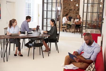열린 계획 사무실에서 일하는 젊은 전문가들