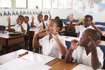 초등 학교에서 수업 중 손을 보여주는 아이