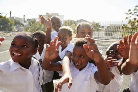 놀이터에서 카메라를 흔들며 초등 학생들