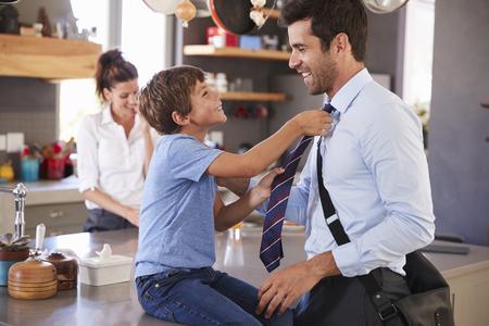 Padre diciendo adiós al hijo mientras se va a trabajar