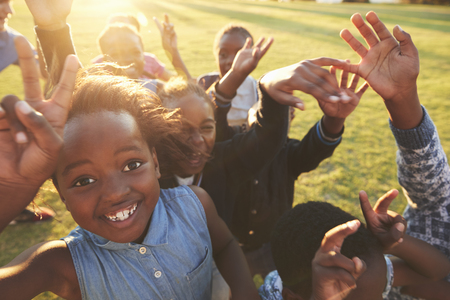 Elementary school kids outdoors, high angle, lens flare Stockfoto