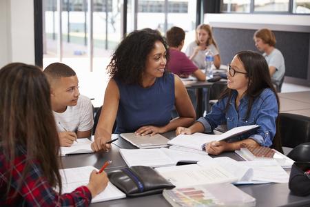 TUdier étude scolaires scolaires dans la classe avec des enfants de l & # 39 ; école secondaire Banque d'images - 85441106