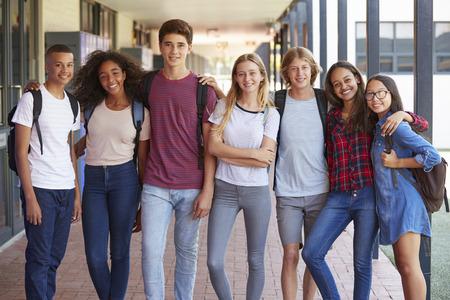 Compañeros adolescentes de pie en el pasillo de la escuela secundaria Foto de archivo - 85441130