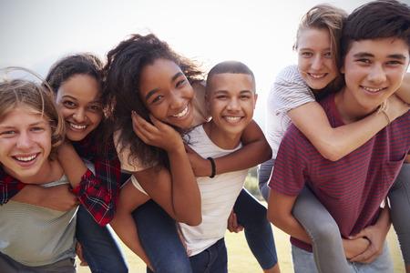 야외에서 편승 재미 십대 학교 친구
