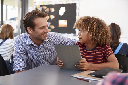 Lehrer und Schüler, der die Tablette einander betrachtet verwendet Standard-Bild - 85441206