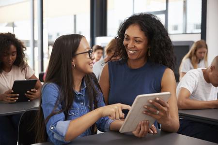 십대여 학생 돕기 태블릿 컴퓨터와 교사