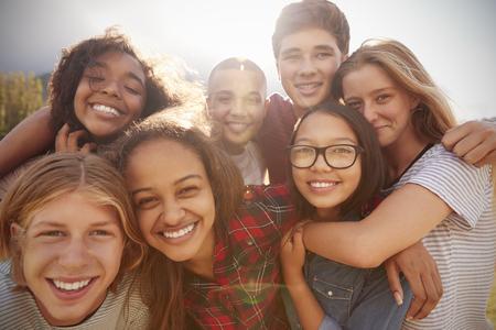 カメラに微笑んで十代の学校の友人、クローズアップ