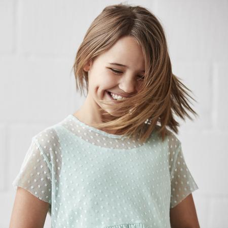 행복 한 어린 소녀 흰색 벽에 스튜디오에서 포즈 스톡 콘텐츠
