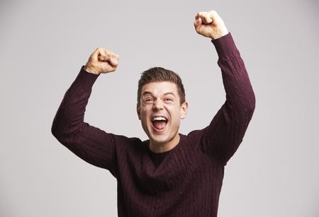 空気をパンチするお祝いの若い白人男性の肖像画