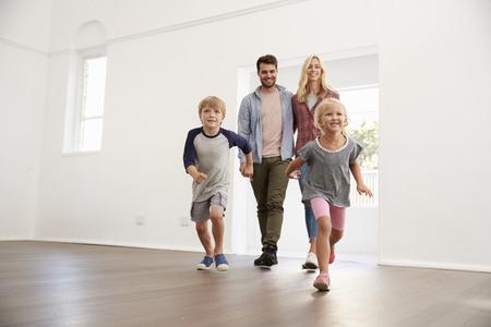 흥분된 가족은 새로운 날을 새로운 날에 탐험합니다.