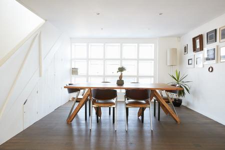 interior del hogar con el día abierto de la sala de comedor