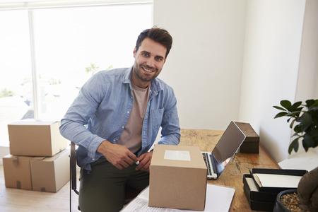 가정에서 사업을 실행하는 침실에있는 남자의 초상 스톡 콘텐츠