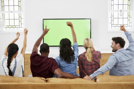 Gruppe junge Freunde , die Sport auf Fernsehen und Jubeln aufpassen Standard-Bild - 86206701