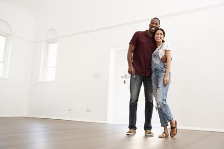 함께 새로운 가정으로 이동하는 흥분된 젊은 커플