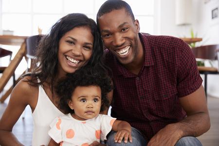 Portrait de famille avec bébé fille à la maison ensemble Banque d'images - 86206751