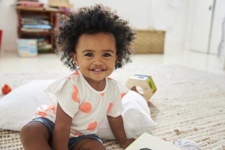 Retrato de menina feliz brincando com brinquedos na sala de jogos Foto de archivo - 86206765