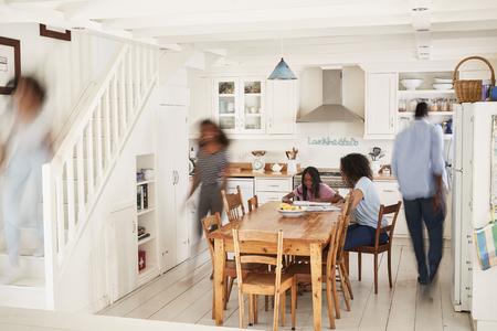 Interno della casa occupato si siede con le figure sfocate
