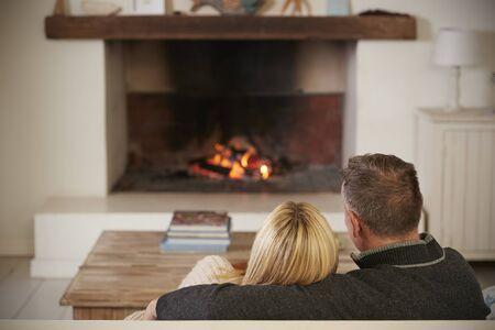 로맨틱 커플 라운지에서 다음 화재를 열기에 편안 하 게 스톡 콘텐츠